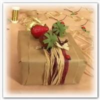 Декорирование подарка композицией из клубники