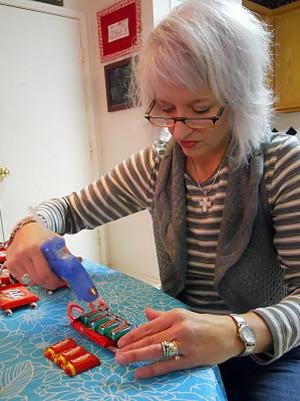 Подарки детям на новый год из конфет своими руками фото