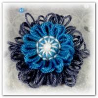 Цветок брошь из ниток на тенерифе